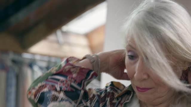 vídeos de stock, filmes e b-roll de woman getting dressed - sombra roxa