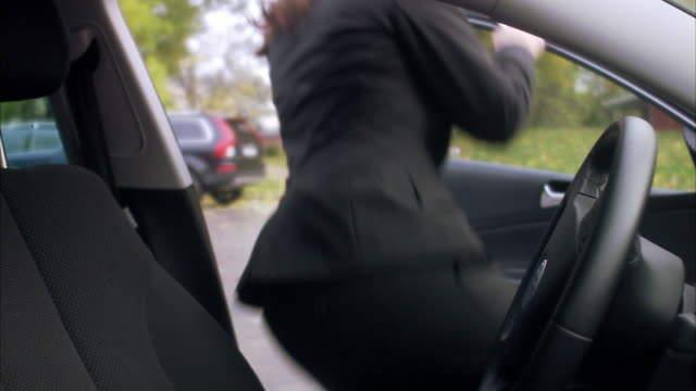 woman getting into a car sweden. - eintreten stock-videos und b-roll-filmmaterial
