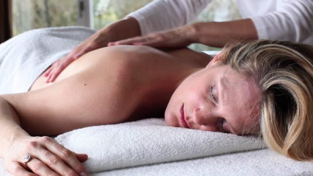 ms zi woman getting massage / brussels, brabant, belgium - マッサージ台点の映像素材/bロール