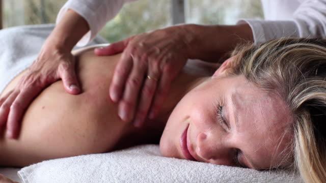 ms zo woman getting massage / brussels, brabant, belgium - マッサージ台点の映像素材/bロール