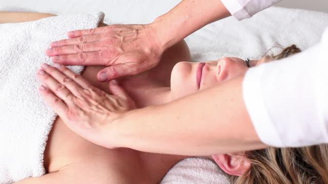 cu woman getting massage / brussels, brabant, belgium - マッサージ台点の映像素材/bロール