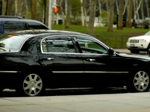ms, selective focus woman getting off car, talking on mobile phone, new york city, new york, usa - dreiviertelansicht stock-videos und b-roll-filmmaterial