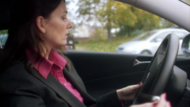 vídeos de stock, filmes e b-roll de a woman getting out of a car sweden. - trabalhadora de colarinho branco