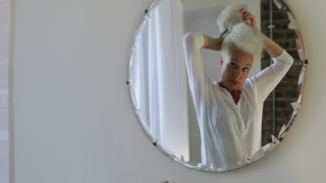 vídeos de stock, filmes e b-roll de woman getting ready in the bathroom - cabelo branco