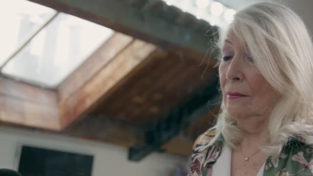 vídeos de stock, filmes e b-roll de woman getting ready - sombra roxa