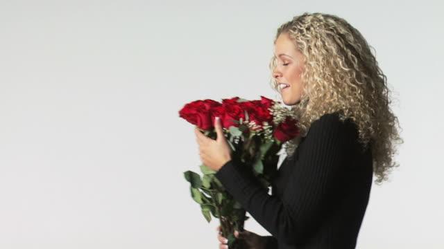 vídeos de stock e filmes b-roll de woman getting roses - veja outros clipes desta filmagem 1163