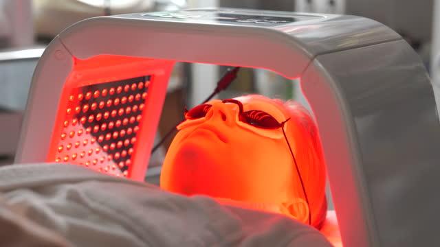 vídeos de stock, filmes e b-roll de woman getting skin spa laser treatment - laser
