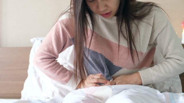 vidéos et rushes de femme, avoir des maux d'estomac - douleur