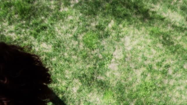 vidéos et rushes de femme se déplacer et la course sur de l'herbe - vêtements décontractés