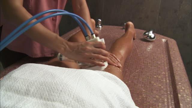 ms woman getting water massage / bruxelles city, bruxelles, belgium - マッサージ台点の映像素材/bロール
