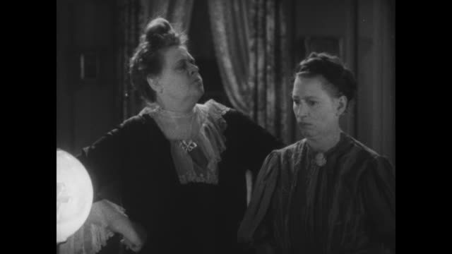 vidéos et rushes de 1929 a woman gives another woman orders on what to do should the convict intrude - conspiration