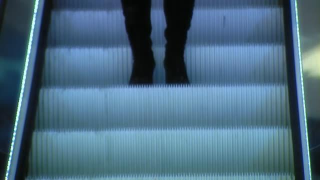 stockvideo's en b-roll-footage met woman goes down on the escalator - alleen oudere vrouwen
