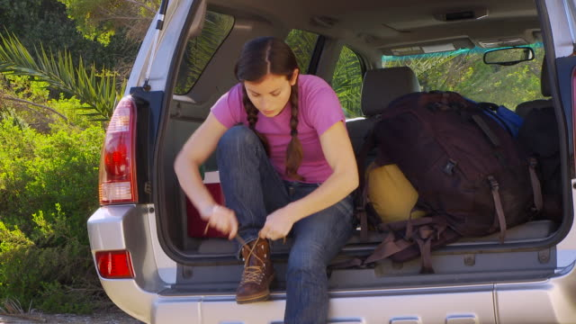woman going hiking - heckklappe teil eines fahrzeugs stock-videos und b-roll-filmmaterial