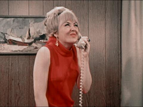 vídeos de stock, filmes e b-roll de 1969 woman gossiping on telephone - fofoca