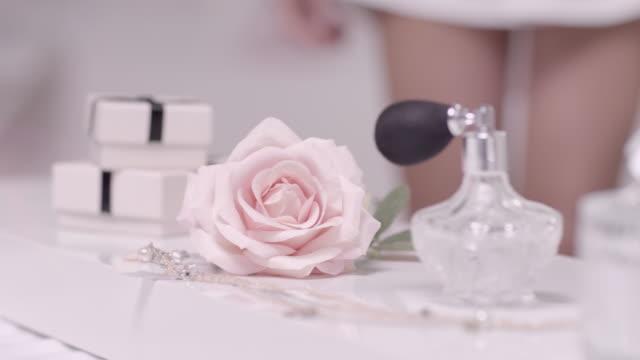 vídeos de stock e filmes b-roll de mulher a captação de flor - perfumado