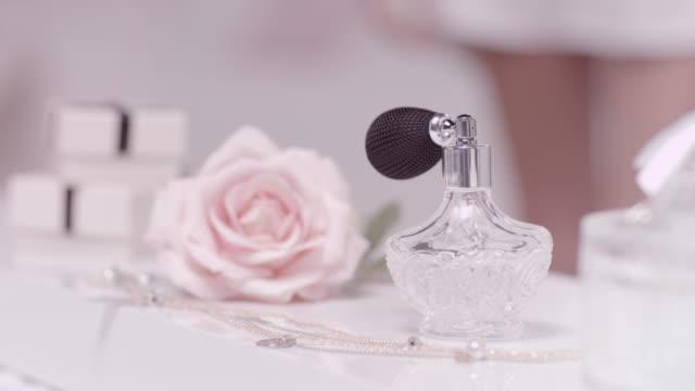 vídeos de stock e filmes b-roll de mulher a captação de perfume - perfumado