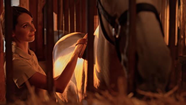 Cuidado de San Luis Obispo Missouri DS mujer a caballo al atardecer en la caja
