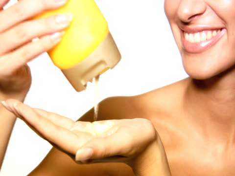 ntsc: frau haarpflege - shampoo stock-videos und b-roll-filmmaterial
