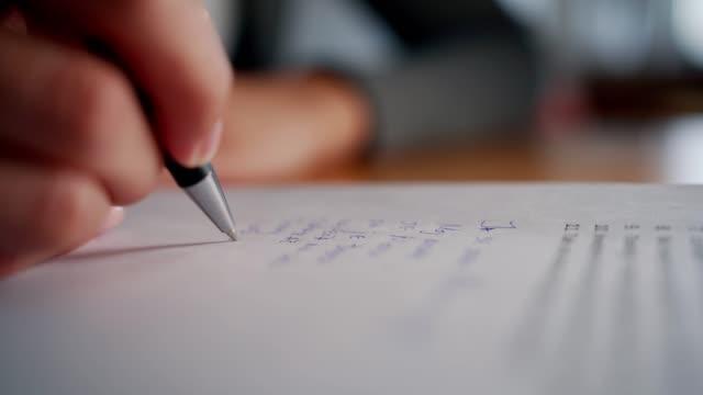 vídeos de stock e filmes b-roll de woman hand is writing - nota mensagem