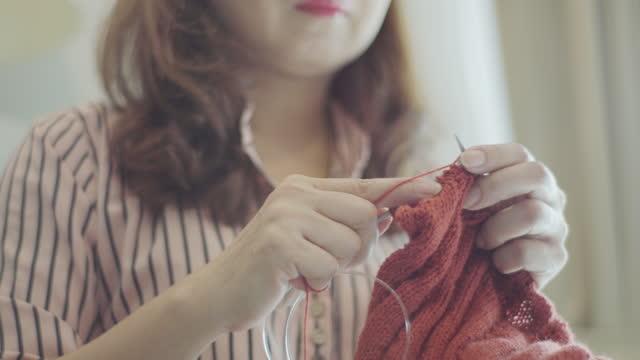 女性の手編み。 - キャンペーンバッジ点の映像素材/bロール