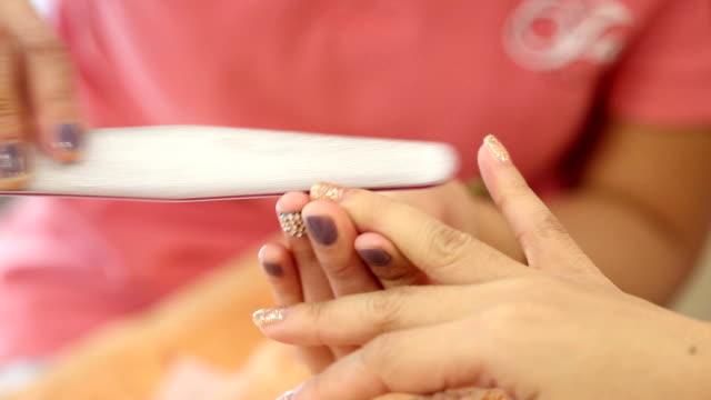 vrouw hand manicure in schoonheidssalon