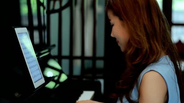 vídeos de stock, filmes e b-roll de mulher mão tocando piano e olhando tablet - teatro clássico