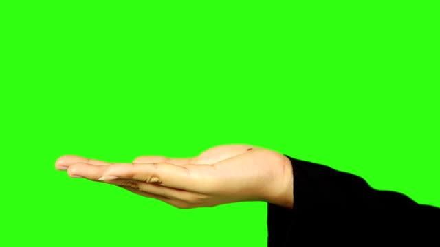 Femme main présentant avec écran vert en arrière-plan