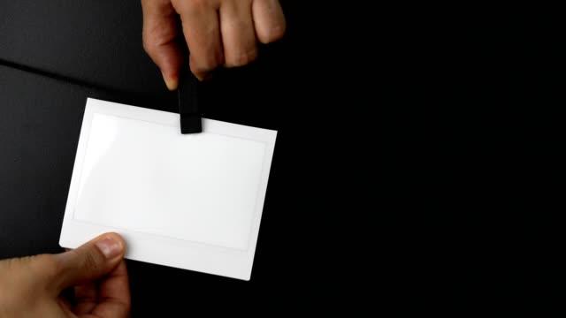 vídeos y material grabado en eventos de stock de mujer quitando la mano marco de la foto instantánea que cuelga en una cuerda - transferencia de impresión instantánea
