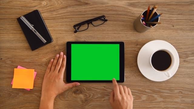 vídeos de stock e filmes b-roll de 4k woman hand touchscreen gestures on greenscreen - video call