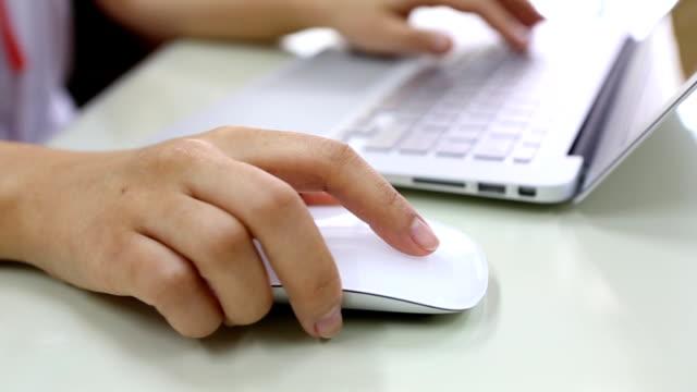 woman hand typing on a laptop ,dolly shot - människofinger bildbanksvideor och videomaterial från bakom kulisserna