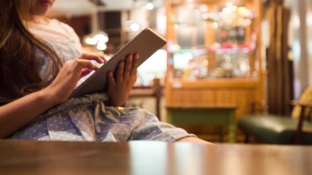 vidéos et rushes de femme main à l'aide de tablette numérique au café - modèle réduit