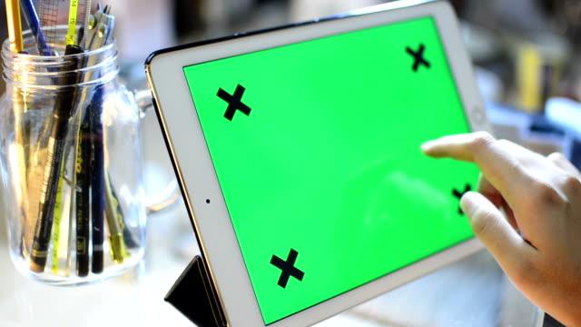 vidéos et rushes de femme main à l'aide de tablette numérique dans bureau - modèle réduit