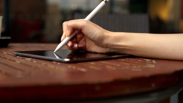 frau hand schreiben businessplan auf ihr tablet - bleistift stock-videos und b-roll-filmmaterial