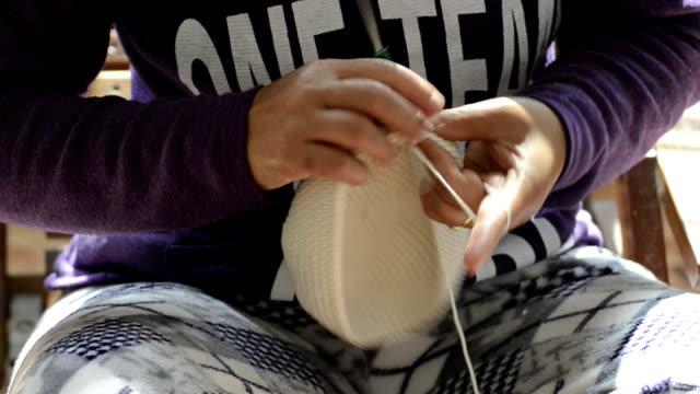 primo piano di donna le mani maglia - maglione video stock e b–roll