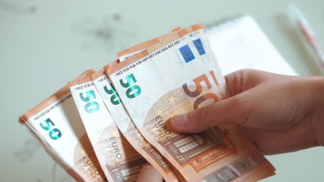 frau hände zählen euro-banknoten geld und taschenrechner kosten. - bekommen stock-videos und b-roll-filmmaterial