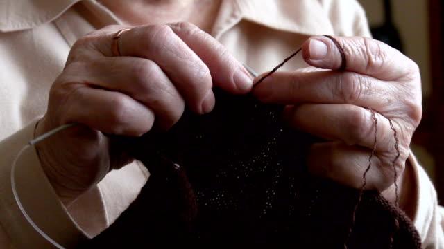 Frau Hände zu stricken