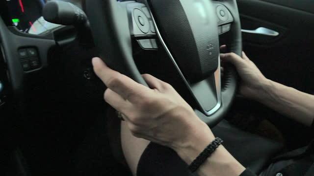 mani da donna che tengono il volante. punto di vista ravvicinato della mano della persona. rallentatore - figura femminile video stock e b–roll