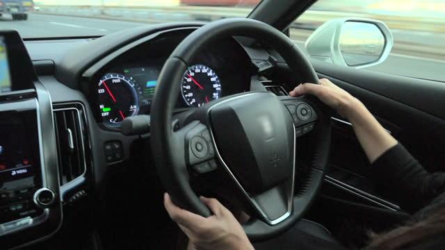 vidéos et rushes de mains de femme retenant le volant. point de vue de plan rapproché de la main de personne. ralenti - représentation féminine