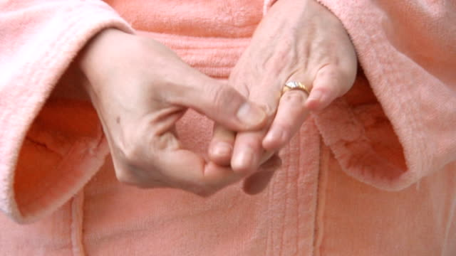 stockvideo's en b-roll-footage met woman hands in  arthritis pain - badjas