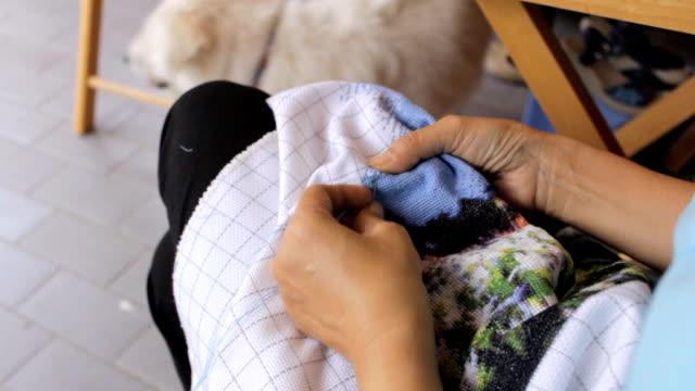 女性手縫う - 仕立て屋点の映像素材/bロール