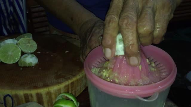 vídeos y material grabado en eventos de stock de manos de mujer exprimiendo jugo de lima - vitamina c