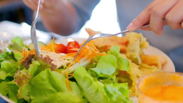 女性の手を取るサラダ、健康食品 - サラダ点の映像素材/bロール