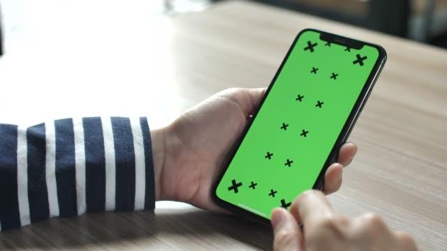 kvinna händer röra smartphone med grön skärm - nyckel bildbanksvideor och videomaterial från bakom kulisserna