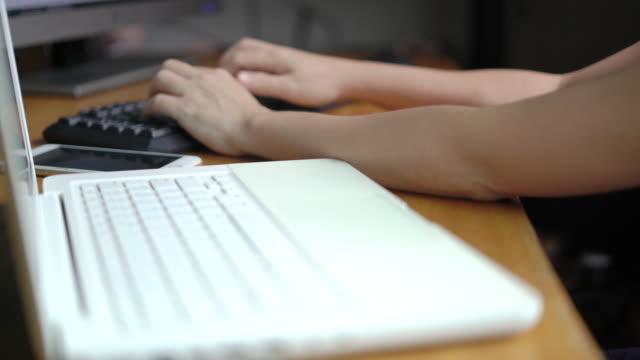 vídeos de stock, filmes e b-roll de mãos de mulher digitando no teclado no home office. - só uma mulher de idade mediana