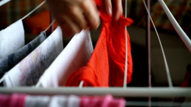 vídeos y material grabado en eventos de stock de mujer colgando ropa - estar colgado
