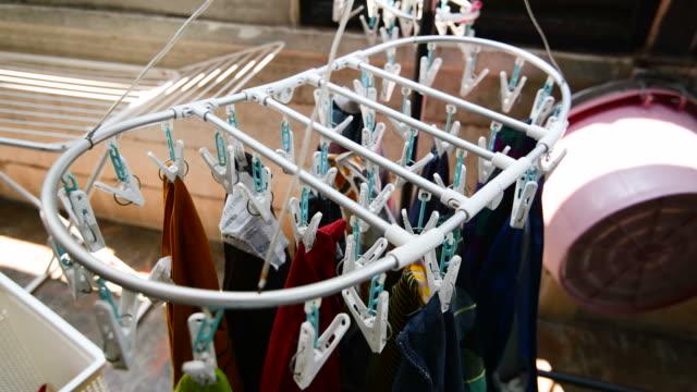 stockvideo's en b-roll-footage met vrouw opknoping was op de clip voor droge kleren - wasknijper
