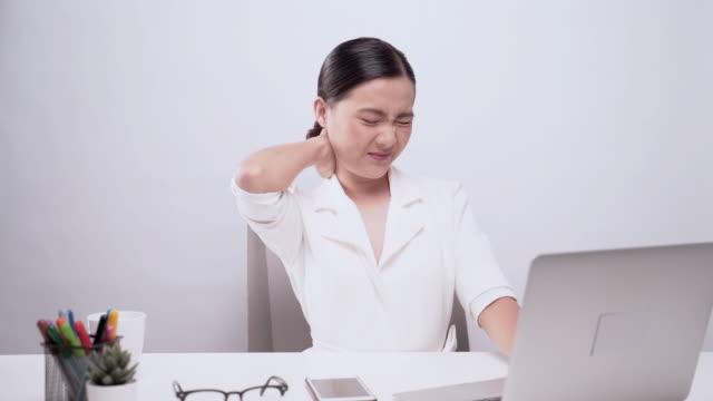 vídeos de stock, filmes e b-roll de a mulher tem a dor de corpo isolada sobre o fundo branco: conceito da síndrome do escritório - articulação humana termo anatômico