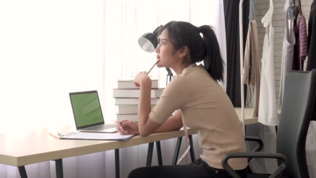 vídeos de stock e filmes b-roll de woman has idea when work from home 4k - costurar