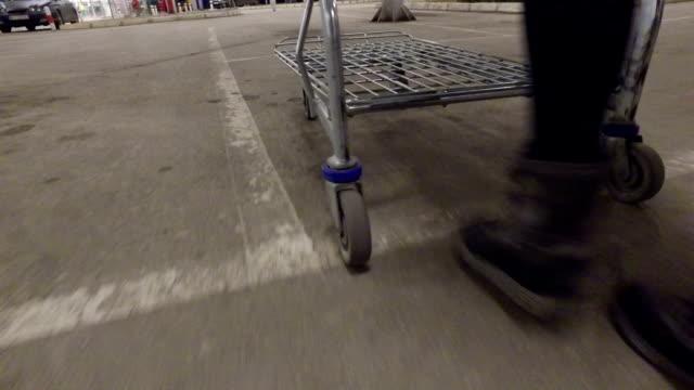frau mit einkaufswagen habend spaß - einkaufswagen stock-videos und b-roll-filmmaterial
