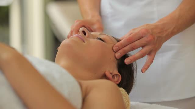 woman having a head massage - タオルにくるまる点の映像素材/bロール